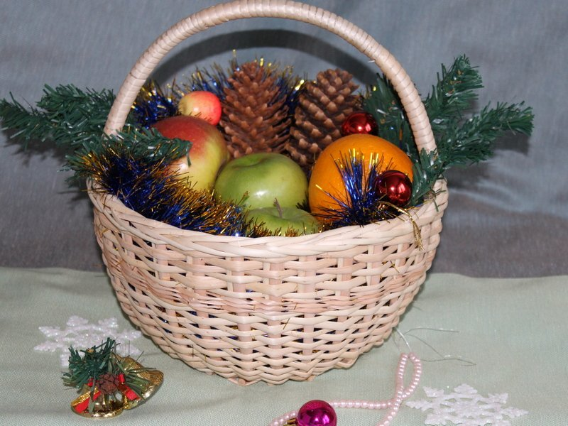 round-basket-with-new-years-gift