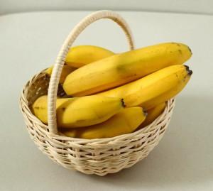 Корзина с фруктами, с бананами