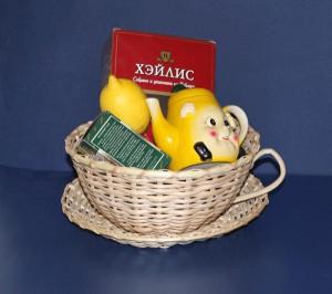 Плетеная корзина -чашка с чайным набором