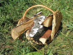 Плетеная дровница из лозы с дровами