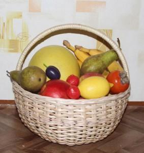 Круглая хозяйственная корзина с фруктами