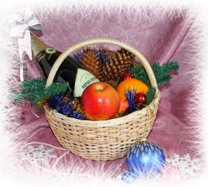 Плетеная круглая корзина с новогодним набором
