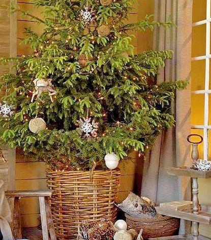 Новогодняя елка с плетеной подставкой